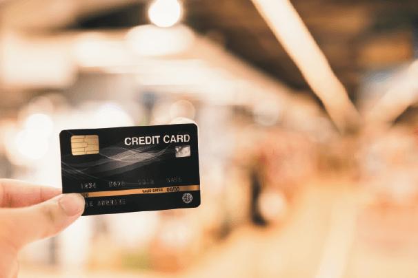 mano que sujeta una tarjeta de credito